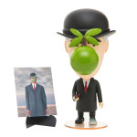 Figurine René Magritte